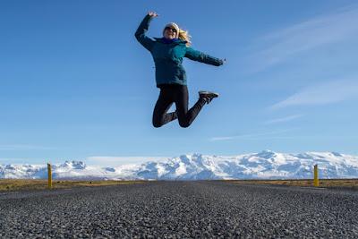 Chica que viaja sola por Islandia de forma segura