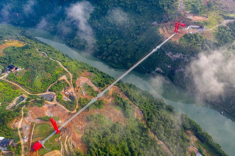 526 metrelik dünyanın en büyük cam köprüsü yapıldı