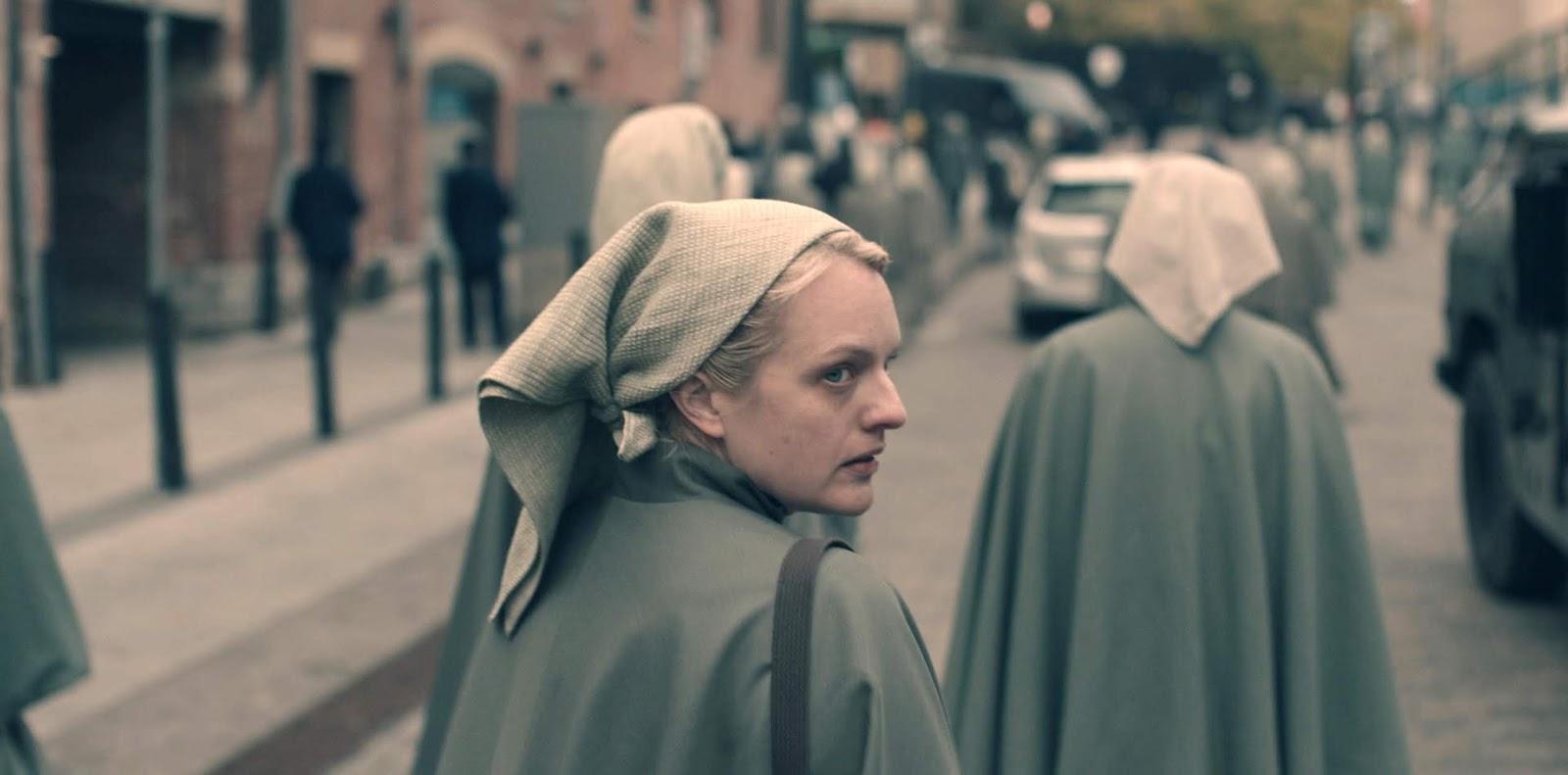 June vestida como una Martha en 'The Handmaid's Tale'