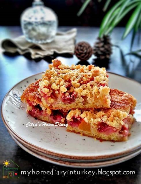 Strawberry and Nectarine Crumble Bar   Çitra's Home Diary. #coffeecake #crumblebarcake #streuselcake #dessert #strawberrycake #nectarinecake #summer