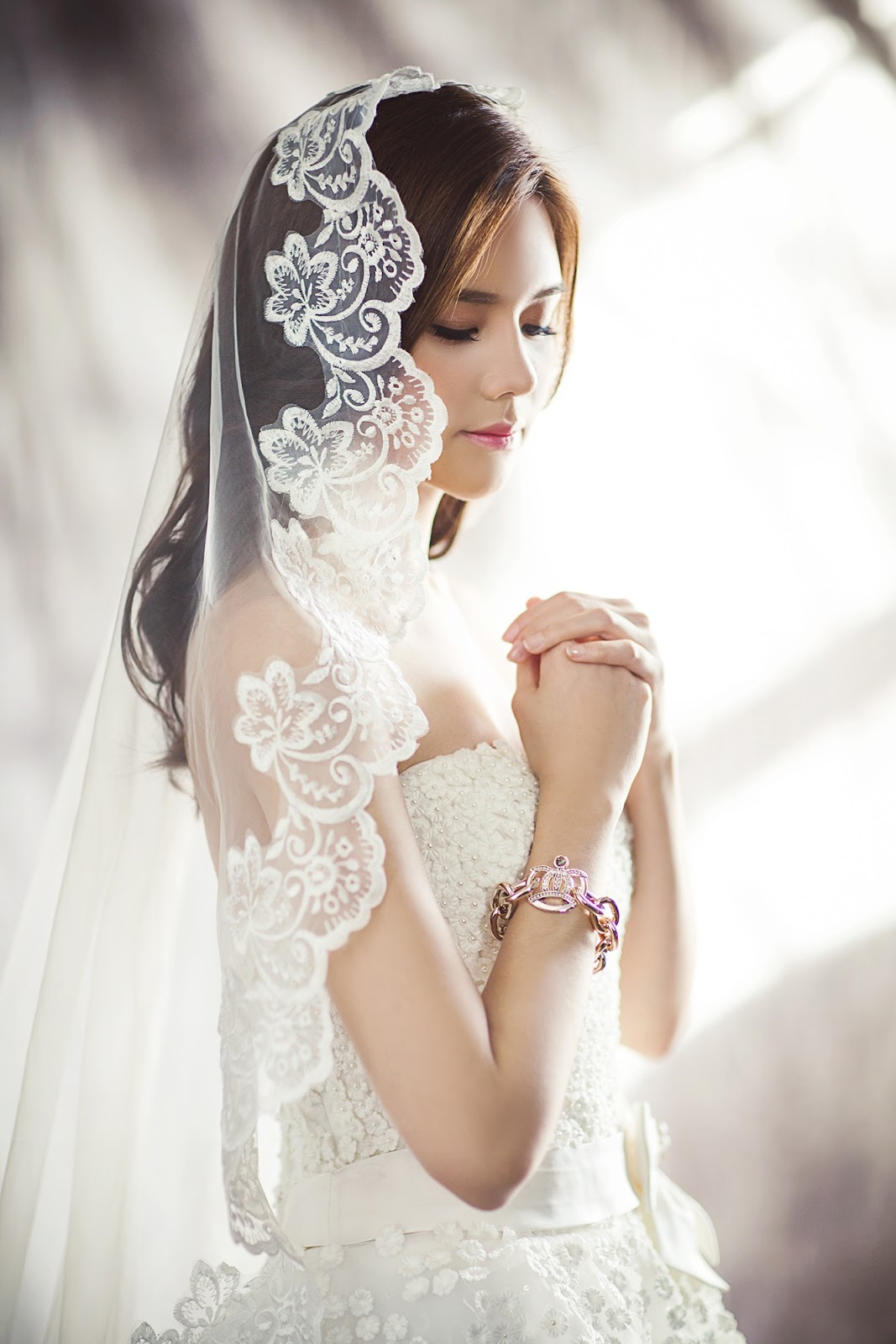 Wedding traditions and meanings wedding veil styles of the 1900s cloche veils were very popular other common styles included headband veils or veils crafted from lace or silk worn over the head and shoulders junglespirit Image collections