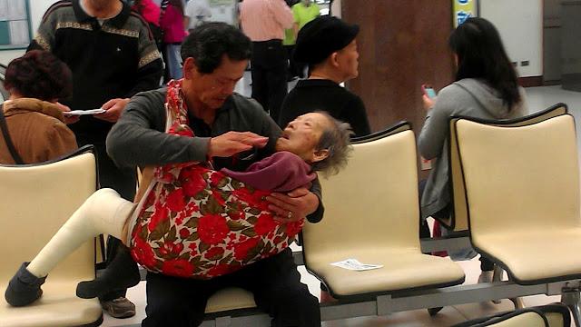 Пожилой сын убаюкивает на руках немощную маму! Очень трогательно