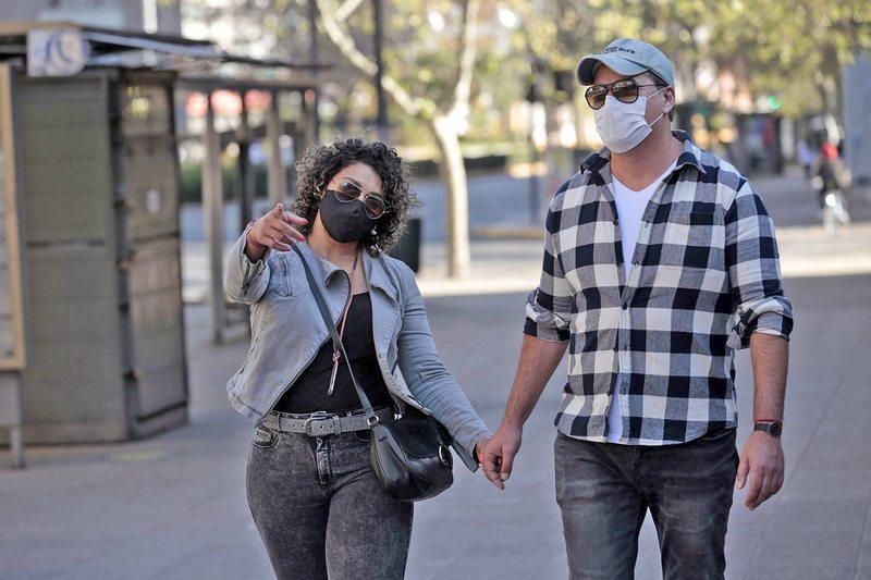 Estudio afirma que anteojos actúan como barrera de contagio del coronavirus