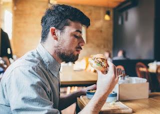 تفسير حلم رؤية الميت وهو يأكل في المنام