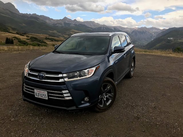 Front 3/4 view of 2019 Toyota Highlander Hybrid Limited Platinum AWD