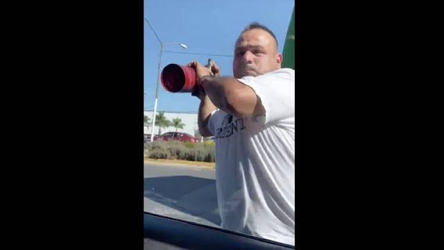 """VIDEO-.   Al tirar basura por la ventana, y después de un: No tires basura cabron!"""" Me cerró camino y Esto pasó: Chofer enfurece contra conductor"""