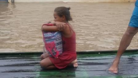 Fugindo da enchente, menina pernambucana escolhe salvar livros e comove as redes