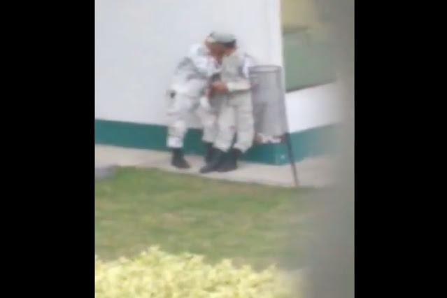 Video; Captan a dos hombres de La Guardia Nacional en apasionado beso