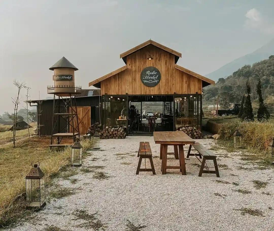 suasana outdoor kafe viral rustic market trawas