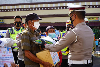 Jelang HUT Bhayangkara Ke 75,Sat Lantas Polrestabes Makassar Gelar Baksos di Beberapa Panti Asuhan