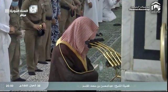 Imam Masjid Madinah Menangis Baca Doa, Salat Witir Sampai Diulang 5 Kali