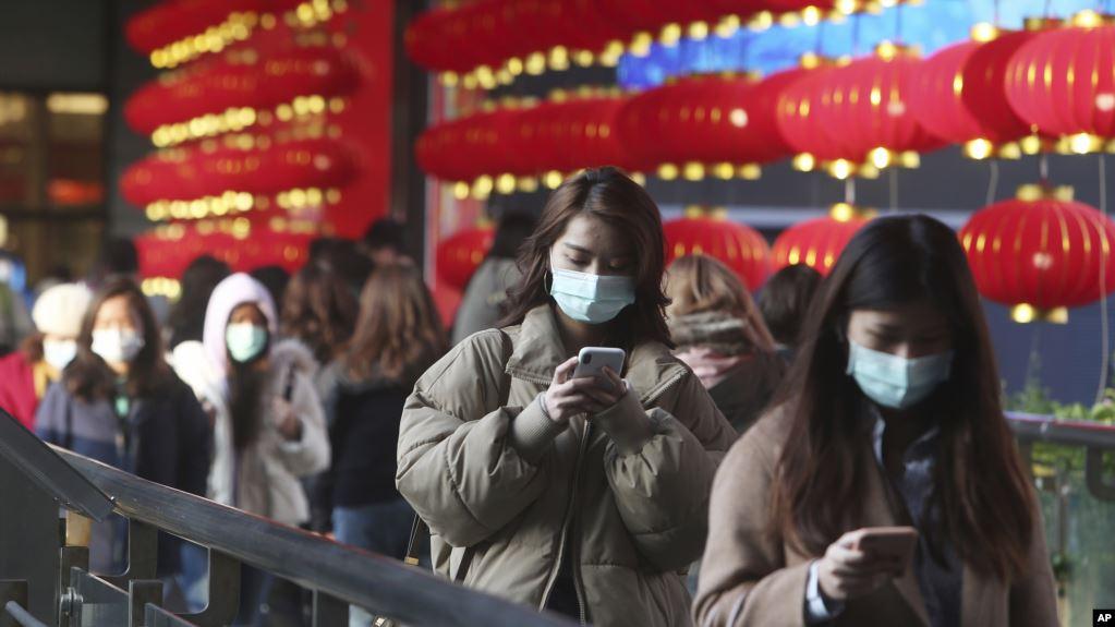 Ciudadanos de Taipéi en Taiwán, se protegen del coronavirus con máscaras mientras caminan por un mercado el viernes 31 de enero de 2020 / AP