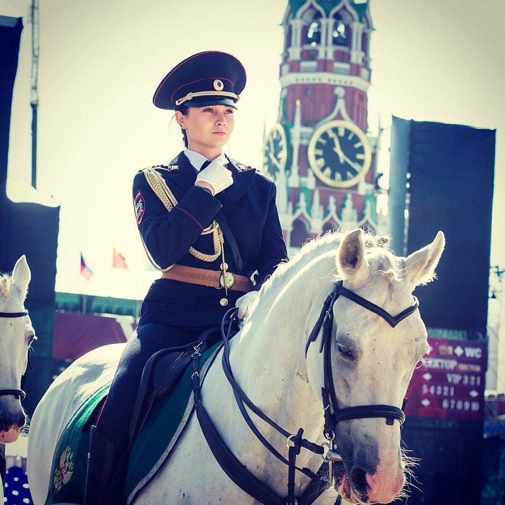Nàng cảnh sát cưỡi ngựa trắng…