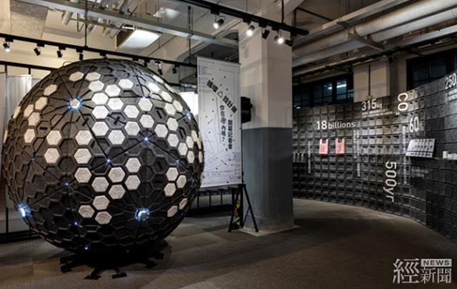 入口處灰色隔板,是以回收塑料熱壓製成。