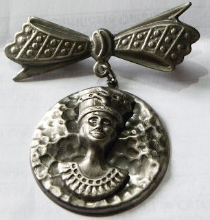 Tutankhamun brooch with bow and dropper