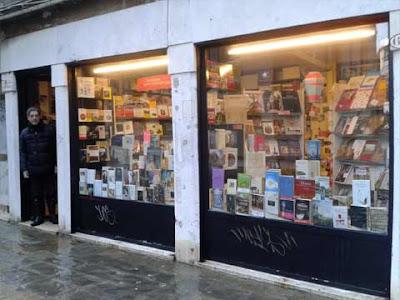 Dominique Pinchi sulla porta della sua Libreria Francese