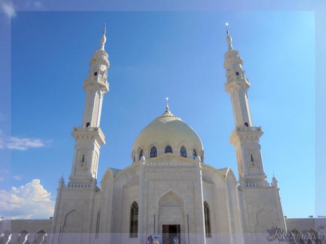 минареты белой мечети