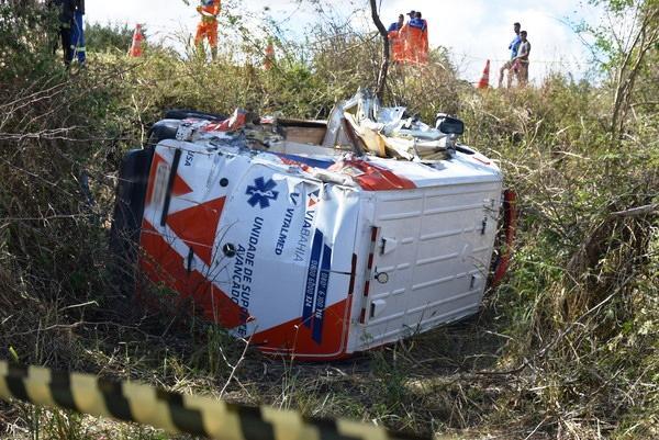 Batida entre carreta e ambulância deixa uma pessoa morta em Vitória da Conquista