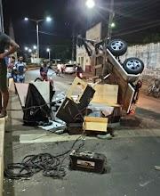 Imagem do Dia: Carrocinha se desprende do reboque e paredão de som fica destruído em Pedreiras.