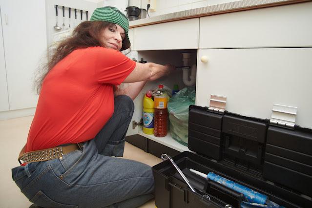 Loodgieters leven in gootsteenkastjes