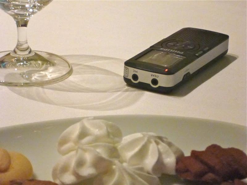 Tonaufnahmegerät, Wasserglas, Kekse