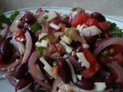 Sałatka z czerwonej fasolki i ogórków