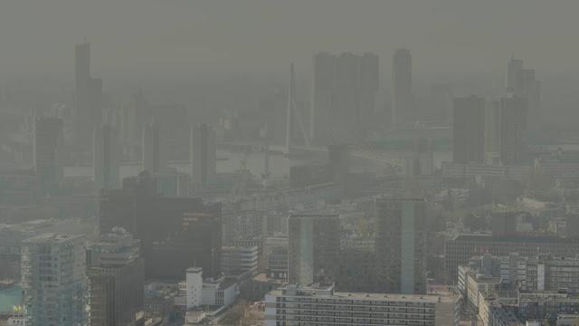 المعهد الوطني للصحة العامة في هولندا يرفع درجات التحذير الى اللون الأحمر..موجة خطرة من الضباب الدخاني تضرب هولندا