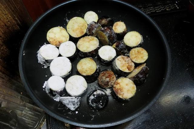 フライパンを中火で熱して油(大さじ4~)を入れ片栗粉をまぶしたなすを間隔をあけて並べてこんがり焼き色がつくまで両面焼いたら一旦取り出して油をきっておきます。