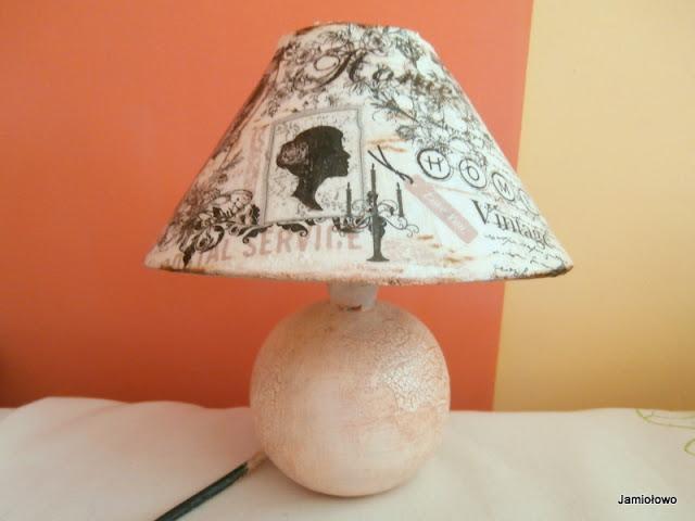 lampka ozdobiona srwetkami w stylu vintage