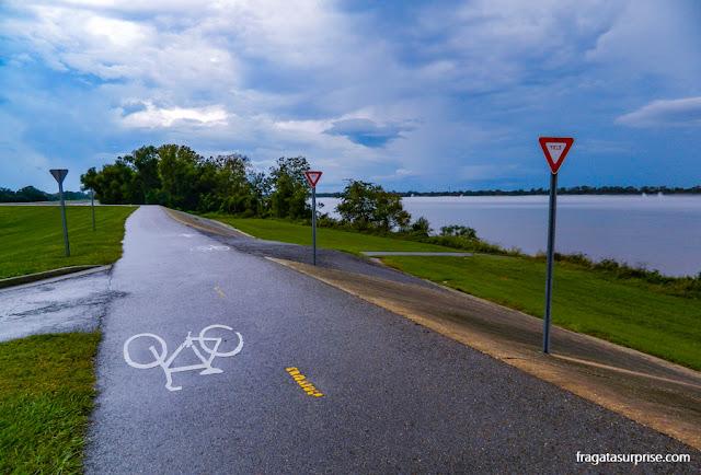 Ciclovia às margens do Rio Mississípi, na Luisiana