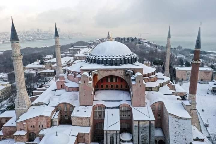 Indahnya Masjid Aya Sofiya Berselimutkan Salju