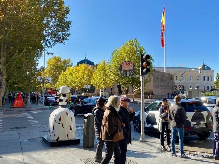 Meninas Madrid Gallery マドリードのセラーノ通りのロエベ店前のメニーナスのオブジェ