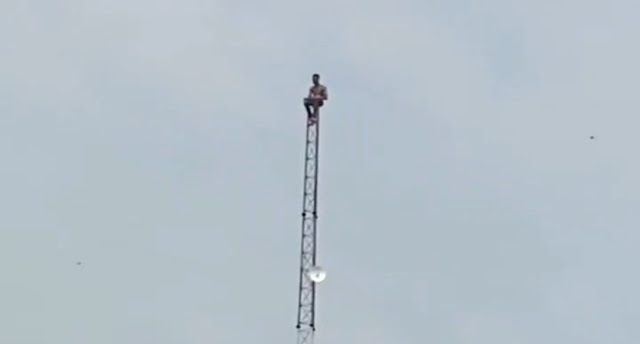Frustrated Nigerian man on top of a telecommunications mast in Lagos (video)