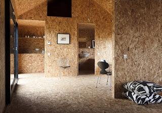Interior casa con paredes de serrín prensado