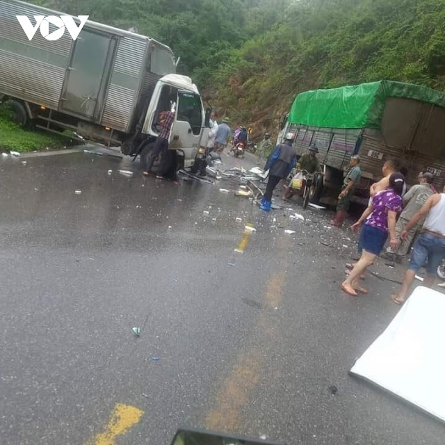Phá cabin giải cứu tài xế sau tai nạn trên Quốc lộ 6