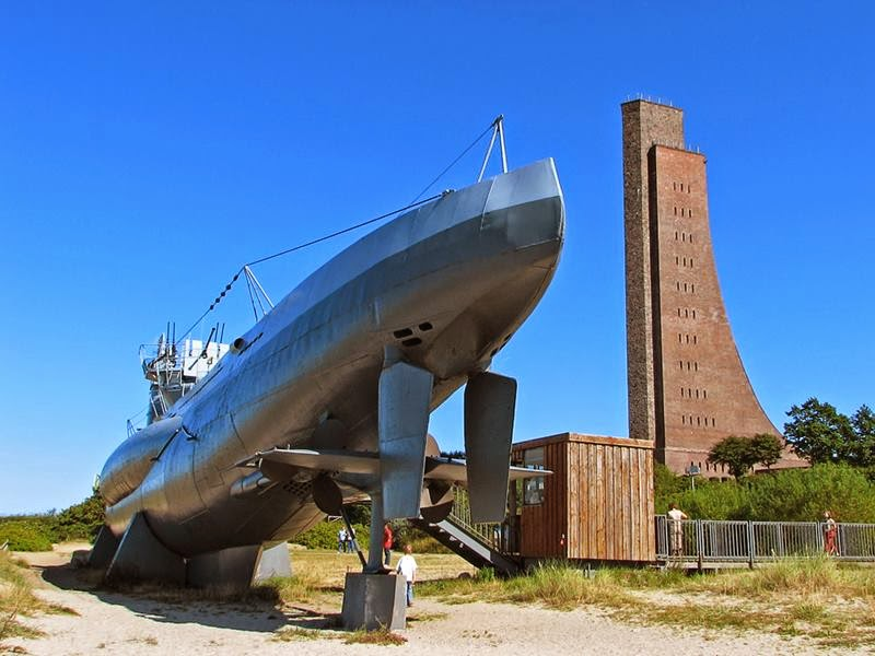 Laboe, about 20 kilometers from the port of Kiel, at the mouth of the fjord, to admire the lines of this spectacular underwater nearly 70 meters long, a single model. Right next to the U-995 lies a naval memorial museum, Ehrenmal Marine.