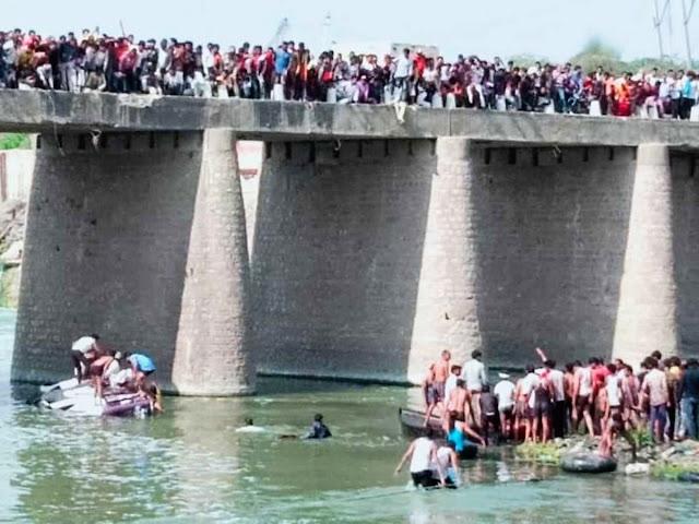 Автобус падна от мост, най-малко 24 са загинали (ВИДЕО, СНИМКИ)
