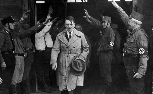 Adolf Hitleri duke u përshëndetur
