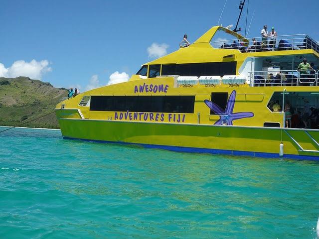 フィジーのキャスタウェイ島にアクセスしているボートの写真