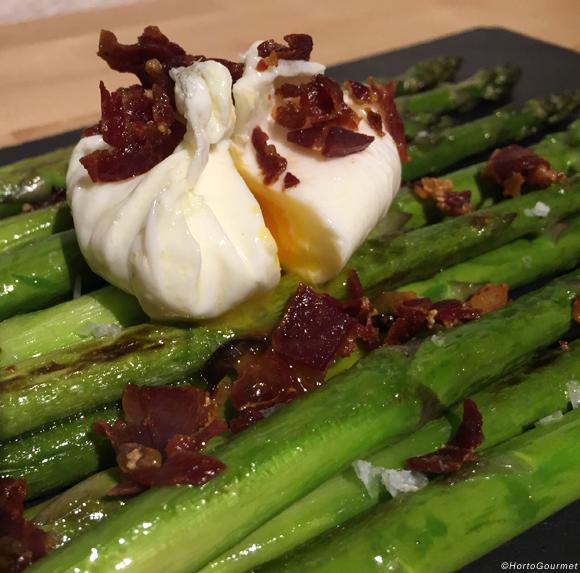 Receta Espárragos trigueros con jamón ibérico y huevo poché HortoGourmet