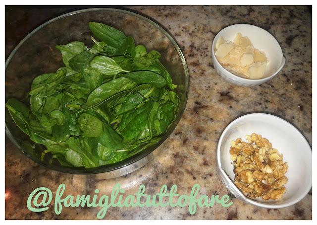 ricetta insalata di spinaci noci e parmigiano