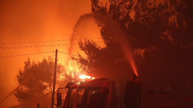 Έκτος ελέγχου η φωτιά στη Μάνη - Εκκενώνεται το Γύθειο