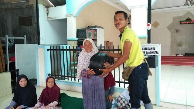 Donasi sembako untuk lansia