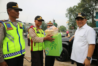 Walikota Berikan Paket Lebaran Kepada Para Petugas Di Posko Lebaran 2019