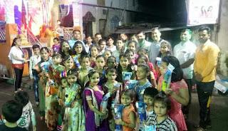 नवरात्रि पर्व पर माता की आराधना करने वाली गरबा मंडल की बालिकाओं को इनाम वितरित किये