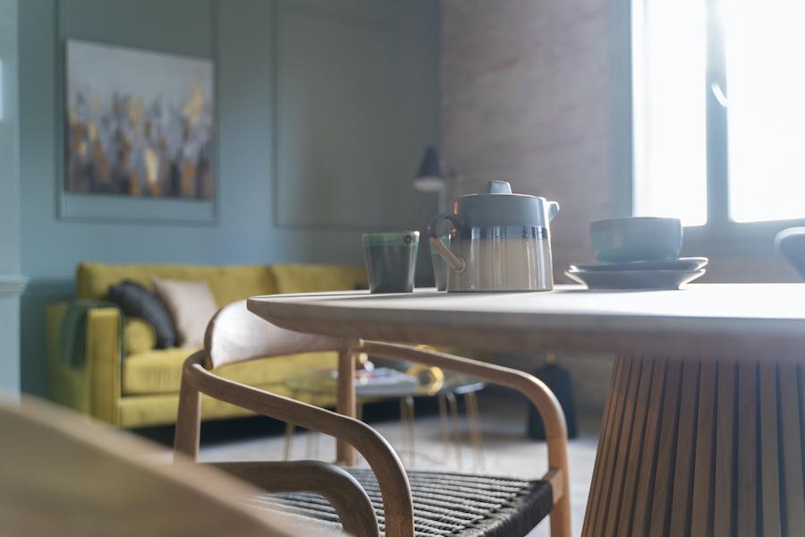 Salón pequeño moderno con sofá amarillo