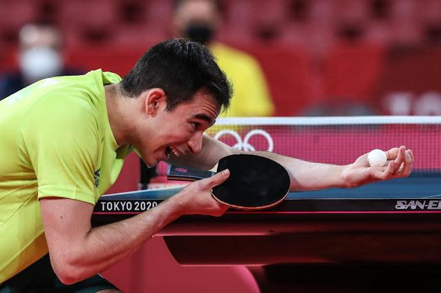 Hugo Calderano se preparando para o saque contra Tokic na Olimpíada