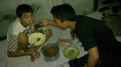 Ilustrasi Mahasiswa Makan Kala Dana Sedang Menipis