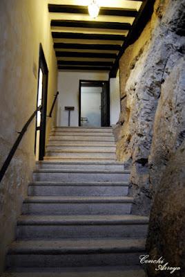 Escaleras de acceso a otro nivel en la gruta en el lado derecho aún se sigue viendo la roca de la gruta en la que está incrustado el edificio.