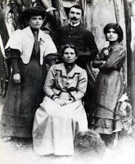 1905. Ο Νίκος Καζαντζάκης με τη μητέρα του Μαρία, ανάμεσα στις αδελφές του Αναστασία και Ελένη, στο Ηράκλειο